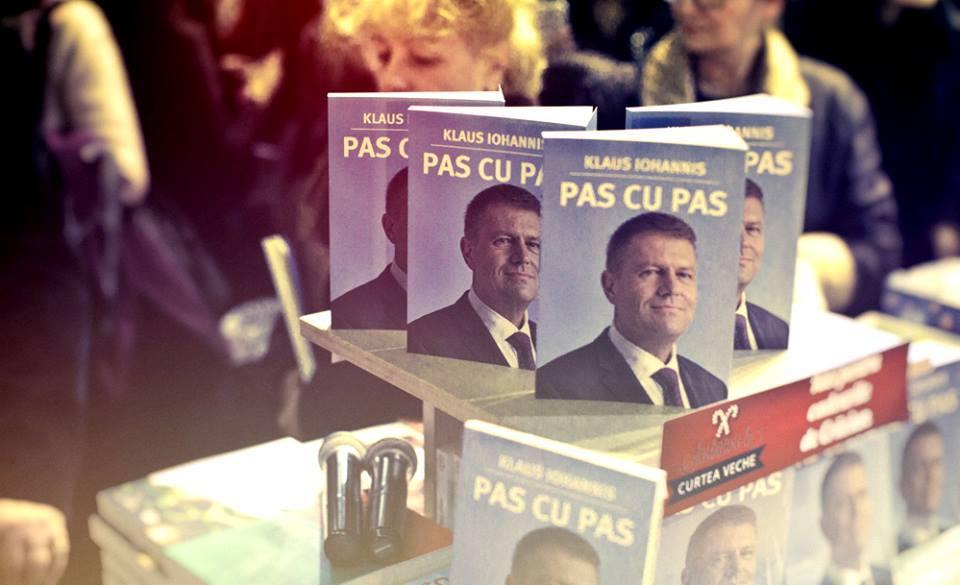 """""""Pas cu pas"""" de Klaus Iohannis, vândută în peste 100.000 de exemplare"""